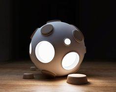Après The Moon, voici une nouvelle lampe au design minimaliste inspiré par lescratères de la Lune. Baptisée Armstrong Light Trapet imaginée par le desi