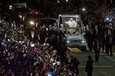 El Papa Francisco saluda a los fieles en Copacabana, Rio de Janeiro. (AP Photo/Victor R. Caivano)