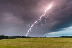 Fotostrecken - Wetter Bilder und Fotos - WetterOnline Welche Kräfte am spannungsgeladenen Himmel spielen, kann man hier erahnen. Dieser gewaltige Blitz schlägt östlich von Jena ein. Bild: Andre Bock
