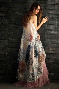haute couture fashion – Gardening Tips Party Fashion, Look Fashion, Indian Fashion, Fashion Design, Pakistani Dresses, Indian Dresses, Indian Outfits, Party Mode, Moda Paris