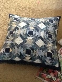 Black and white pineapple block pillow. Pineapple Quilt Pattern, Pineapple Quilt Block, Log Cabin Quilt Pattern, Log Cabin Quilts, Panel Quilts, Quilt Blocks, Patchwork Pillow, Quilted Pillow, Quilts