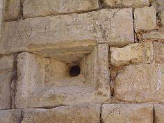 """En découvrant cette arquebusière à Assas, une pensée me vint : """"Le chevalier regardait l'œil qui ne le voyait pas !"""""""