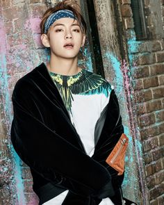 omg omg.. Taehyung is adorable..(╥_╥) i cannot move my eyes from looking this picture.. (っ˘̩╭╮˘̩)っ