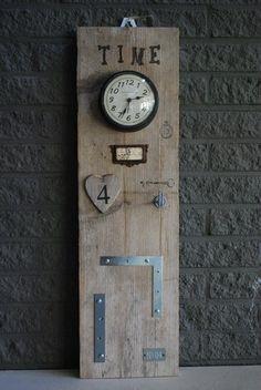 Origineel memoryplank van steigerhout met klok. Unieke plank voor het bewaren en opbergen van sleutels ,notities , foto`s en herrineringen. Met ijzeren strips voor magneten.      € 24 95