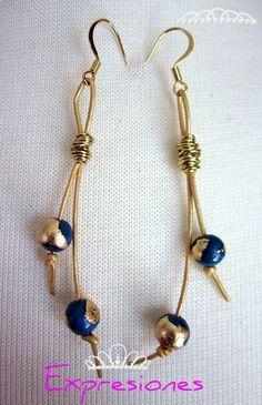 Aretes  de cuero en tono dorado con perlas en color acero con aplique dorado