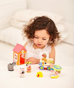 Perfect for pretend play and holiday fun, this happyland set includes a beach hut, an ice cream van, a donkey, a sandcastle, an umbrella and five happyland characters.
