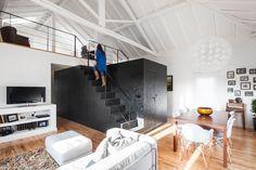 Le studio INÊS BRANDÃO basé à Lisbonne a récemment rénové une grange vieille de 50 ans à Leiria au Portugal pour créer une maison contemporaine pour un jeune famille grandissante.