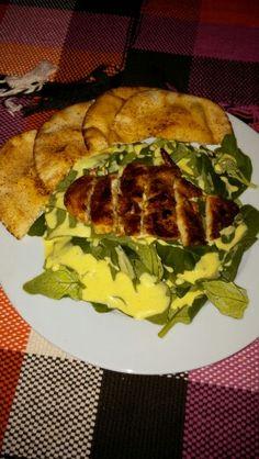 Petto di pollo in salsa di soia, insalatina di spinaci, salsa di condimento (yogurt, succo di lime, mostarda, sale, pepe, miele) e pita