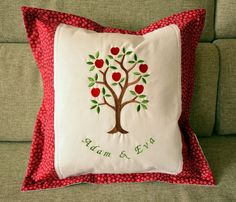 Adam a Eva - bavlněný dekorativní polštářek pro novomanžele. Doplněný strojovou výšivkou