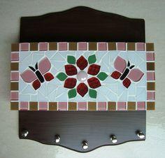 Porta chave e carta trabalhado em mosaico. Tamanho 25 cm de largura e 29 cm de comprimento.