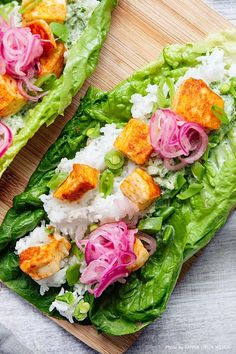Currymarinerad halloumi i salladswrap med chimichurridressing är ett inspirerande och roligt vegetariskt recept som smakar fantastiskt! Rätten serveras i salladsblad som gör att det blir sådär underbart krispigt och kul att äta. Smaklig måltid! #middag #halloumi #vego #recept #food