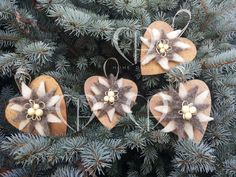 Decorative hearts in wood covered with bronze-colored acrylic paste, application of star felt in shades of beige. Size 10 cm