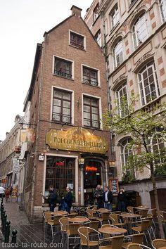 Façade et terrasse du restaurant-bar à bières Poechenellekelder, rue du Chêne à Bruxelles, en face du Manneken Pis Bruges, Amsterdam Bar, Manneken Pis, Rotterdam, Voyage Europe, Brussels Belgium, Blog Voyage, European Travel, Places To See