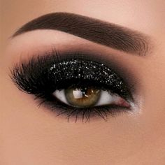 For the most flattering smokey eye makeup ideas, check out our guide. We included an easy and clear tutorial for every look, from natural brown and bronze smokey to festive silver and gold as well as classic black smokey eyes. Black Smokey Eye Makeup, Sexy Smokey Eye, Smokey Eyes, Smokey Eye With Glitter, Black Makeup Looks, Black And Silver Eye Makeup, Eye Makeup Tips, Makeup Inspo, Eyeshadow Makeup