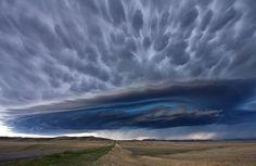 Удивительное грозовое облако над равнинами штата Монтана, США