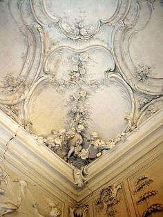 reminds me of the scene in Roman Holiday where Audrey Hepburn's in bed looking at the ceiling  -- Rundāle Palace, Latvia  (built in 1700s) --  via a-l-ancien-regime