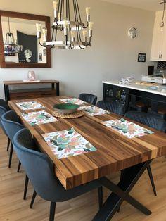 TABLE ST-IRÉNÉE - NOYER - 84'' X 42'' - 3'' ÉPAIS - CHAISES MUNDY NOIRE - BUFFET AUGUSTA 2 PORTES  #surmesure #lusine #table #stirenee #noyer #pattex #aciernoirmat #chaise #mundy #buffet #augusta