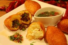 Carimañola - fried meat pie of mashed yucca with meat and/or cheese inside (popular snack) Colombian Dishes, Colombian Food, Colombian Recipes, Panamanian Food, Comida Latina, Savoury Dishes, Finger Foods, Great Recipes, Cooking Recipes