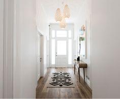 Brooke et Mitch remportent The Block NZ: Villa Wars - Couloir Hallway Lighting, Living Room Lighting, Living Room Decor, Hallway Pendant Light, House Lighting, Living Rooms, Home Design, Interior Design, Dark Timber Flooring