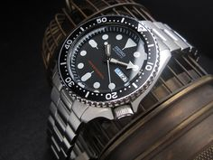 Seiko Diver SKX007 on 22mm Brushed Oyster Solid Link 316L Stainless Steel Bracelet. Available buckle : Diver's Clasp, Submariner Clasp, OME Seatbelt Clasp,  DE-10 Deployant Clasp,  DE-16 Dome Shape Deployant Clasp