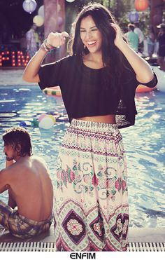 A atriz Yanna Lavigne coloriu a nossa Pool Party com esse look incrível da Enfim, ficou demais! <3 #universoenfim #poolparty #fashion #saialonga