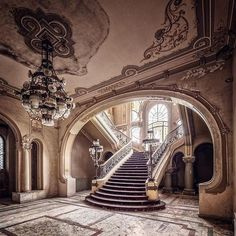 Abandoned Mansion For Sale, Old Abandoned Houses, Abandoned Castles, Abandoned Places, Old Houses, Haunted Places, Architecture Old, Beautiful Architecture, Beautiful Buildings