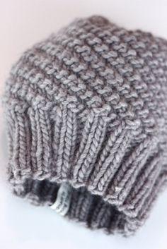 Kan du strikke rett og vrang? Og har du en liten kveld å bruke? Da har jeg et godt  julegavetips. Denne passer fint til penklær og er usedva... Crochet Mittens, Knit Crochet, Knitting Projects, Knitting Patterns, Knitted Hats Kids, Bindi, Warm Outfits, Knit Fashion, Beanie Hats