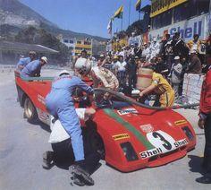 TARGA FLORIO, SICILIA, 1972 - Arturo Merzario salta al interior de su Ferrari 312PB que copilotó hasta la victoria con el especialista en rallyes Sandro Munari. El Ferrari cruzó la meta en primera posición, pero Helmut Marko se encontró con que se había quedado a unos escasos 16 segundos tras las dificultades físicas de Merzario. (© Anonymous / The Speed Merchants).