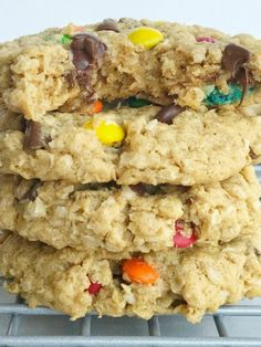 No flour monster cookies are soft-baked and so chewy! Loaded with oats, peanut butter, mini m&m's, and chocolate chips. Perfect cookies for those with a gluten allergy; just make sure your oats are gluten-free. This cookie recipe freezes perfectly. No Flour Cookies, Pudding Cookies, Gluten Free Cookies, Oreo Cookies, Peanut Butter Cookies, Gluten Free Desserts, Cookies Et Biscuits, Kiss Cookies, Healthy Desserts