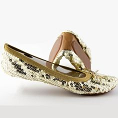 Decked in dazzling sequins, these gold foldable flat shoes from Fit In Clouds add a bold, shimmering finish to any look, they fold up when you are done wearing them. Slip these flats on to avoid walking long distances in heels, or wear them all day.
