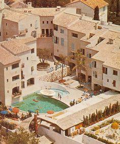 Le Byblos à Saint-Tropez http://www.vogue.fr/voyages/hotel/diaporama/le-byblos-saint-tropez-htel-mythique-riviera/21984