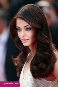 Aishwarya Rai Cannes 2014 Gorgeous hair and make up. 2015 Hairstyles, Celebrity Hairstyles, Trendy Hairstyles, Brown Hairstyles, Classic Hairstyles, Round Face Hairstyles Long, Corte Y Color, Long Curls, Wavy Hairstyles