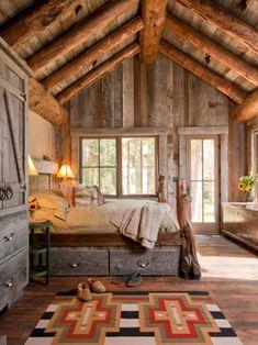 plafond en poutres et un lit en bois dans la chambre à coucher rustique