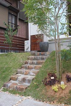 掛川市N様 スロープをアンティークレンガとコンクリートで制作 シンプルなアイアンの手摺も制作しました。 階段もアンティークレンガで! ... Stepping Stones, Garden Design, Exterior, Landscape, Outdoor Decor, Green, House, Beautiful, Home Decor