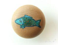Ręcznie malowana drewniana gałka meblowa.  *Każda ilość jest dostępna!*  Ze względu na ręczne wykonanie gotowy przedmiot może nieznacznie odbiegać kolorem i wymiarem od przedstawionego na zdjęciu.
