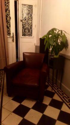 Fauteuil grand parisien 1935 en crin , patine brune Recliner, Armchair, Lounge, Furniture, Home Decor, Horsehair, Lounge Chairs, Chair, Sofa Chair