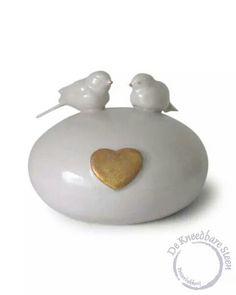 Kleine urn (2 dl) met vogeltjes en gouden hartje.