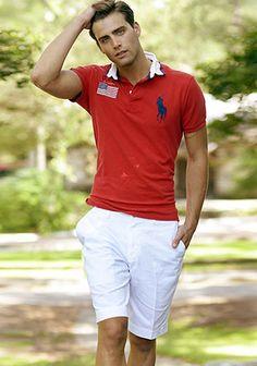 ラルフローレンの赤ポロシャツ×白ショーツの着こなし(メンズ)   Italy Web
