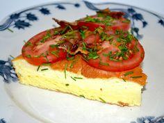 14 æg – 2 dl mælk (jeg brugte sødmælk) – 2 tsk. bagepulver – 1 spsk. salt – friskkværnet peber – bacon (jeg bruger den økologiske fra Hanegal) – 3 tomater – purløg – evt. sennep – evt. rødbeder Danish Food, Omelet, Bruschetta, Cheesecake, Food And Drink, Keto, Bacon, Healthy, Ethnic Recipes