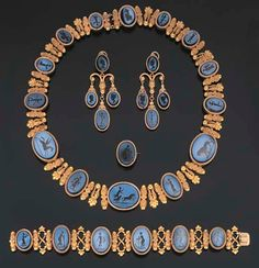 AN ANTIQUE SUITE OF HARDSTONE INTAGLIO AND GOLD JEWELLERY, circa 1850