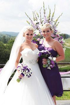 Kulatá i převislá svatební kytice z kal...