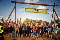 Runmageddon – wyzwanie dla najtwardszych. W wielu polskich miastach cyklicznie organizowane są wyścigi Rumageddon. Jest to jeden z najtrudniejszych wyścigów, który polega na pokonywaniu niezwykle ciężkiej trasy terenowej. Liczy się tutaj nie tylko kondycja, lecz także siła, spryt i wytrzymałość. Dla wielu osób, które często biegają i chodzą na siłownię ukończenie takiego biegu może być ukoronowaniem treningów. #facet #trening #siłownia #bieganie ##koszulka ##do biegania