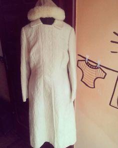 """Maravilhoso casaco original 60s e touca pelinhos  vem que tem #garimpo """"baratim quentim e lindio"""" pra todxs! #vintage #60s #brecho #frio #inverno #satolep #pelotas #ecofriendly #estilo #sustentabilidade by ninagarimpa http://ift.tt/1TrLRa6"""