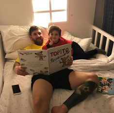 Messi reading poem to his son Neymar, Lional Messi, God Of Football, Football Players, Real Madrid, Lionel Messi Family, Cr7 Junior, Antonella Roccuzzo, Leo