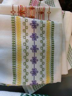 Looks like Huck towel embroidery. Swedish Embroidery, Towel Embroidery, Embroidery Applique, Cross Stitch Embroidery, Embroidery Patterns, Machine Embroidery, Stitch Patterns, Bordado Tipo Chicken Scratch, Swedish Weaving Patterns