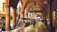"""Εντυπώσεις από την πόλη των χρωμάτων, της ιστορίας και των γεύσεων. Ένα """"κρυμμένο"""" στολίδι της Ιταλίας, την #Μπολόνια!  ----------------------------------------------------- #travel #experience #Italy #fragilemagGR http://fragilemag.gr/bologna-una-italiana-vera"""