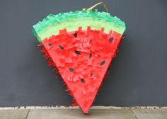 """Pinatas sind Papp-Objekte, die mit kleinen Geschenken und Süßigkeiten gefüllt und mit einem """"Röckchen"""" aus gefalteten Papierstreifen verziert werden. Vor allem in Lateinamerika sind sie eine beliebte Geburtstagstradition. Das Objekt wird an einer Schnur gehalten oder aufgehängt und das Geburtstagskind muss mit verbundenen Augen und einem Stock so lange darauf schlagen, bis die Geschenke herauspurzeln. http://prettybeautiful.de/pinata-basteln/"""
