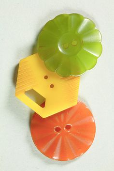 Any buttons that are old and cool. Three Bakelite buttons - p/o the Chemical Heritage Foundation's Bakelite collection - Photo by Gregory Tobias. Button Cards, Button Button, Green Button, Blog Art, Art Nouveau, Vintage Sewing Machines, Sewing Tools, Sewing Notions, Vintage Buttons