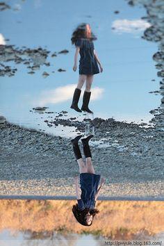 """""""漂浮少女""""写真迅速在网络上蹿红。写真创意源自日本女孩Natsumi Hayashi突发奇想,据称拍摄自己跳跃瞬间漂浮在空中的照片充满诗意可以洗涤心灵"""