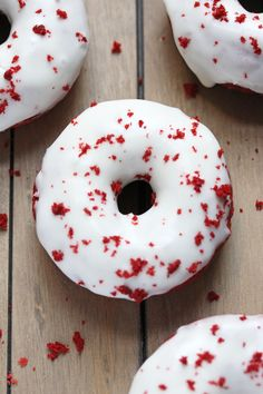 Baked Red Velvet Doughnuts Source: Ashley Marie's Kitchen Red Velvet Donuts, Red Velvet Desserts, Red Velvet Recipes, Delicious Donuts, Delicious Desserts, Just Desserts, Dessert Recipes, Brunch Recipes, Petit Cake